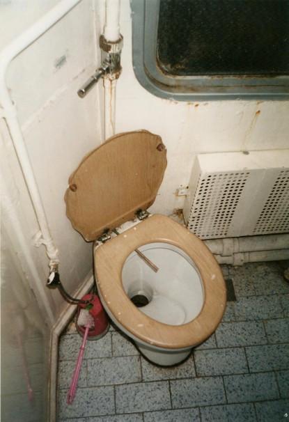 tualet-skritaya-kamera-pisayushie-zhenshini